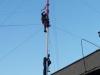 Antenna szerelése az árbocra, a magasban 5 ojg Gergő, kissé magasban 7pty István.