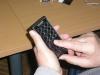 Szabványos mobiltelefon belső vibramotorral és Braille maszkkal az érintőernyőjén.