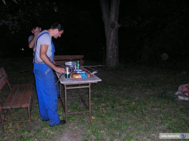 Előkészületek a szalonna sütéshez