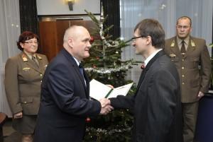 Hende Csaba honvédelmi miniszter az október 23-a alkalmából kitüntetettek körében